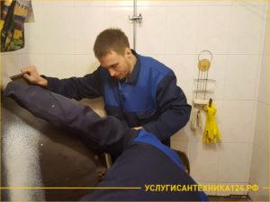 Специалисты произвели демонтаж ванны и готовы вынести из квартиры