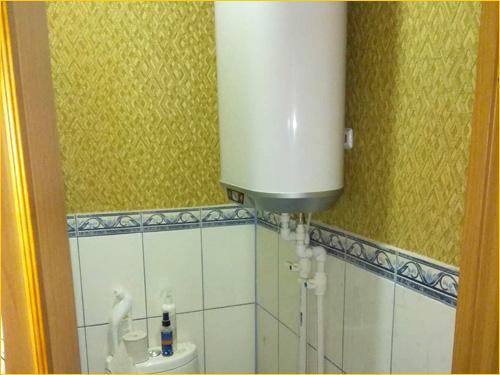 Водонагреватель накопительный в туалете