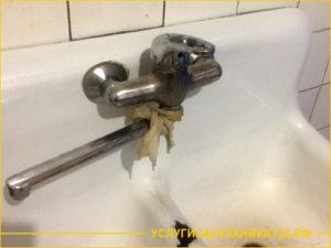 Старый смеситель в ванной под замену