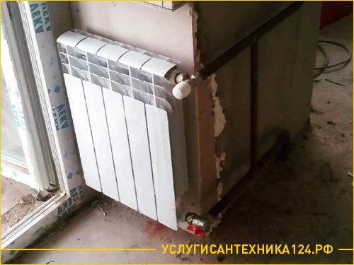 Установка батареи в труднодоступном месте возде балконной двери