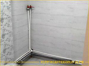 Подведение труб для подачи воды в душевую кабину