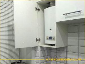 Установленный водонагреватель на кухне в шкафу