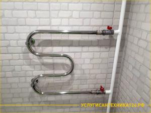 Хромированный змеевик в ванной комнате